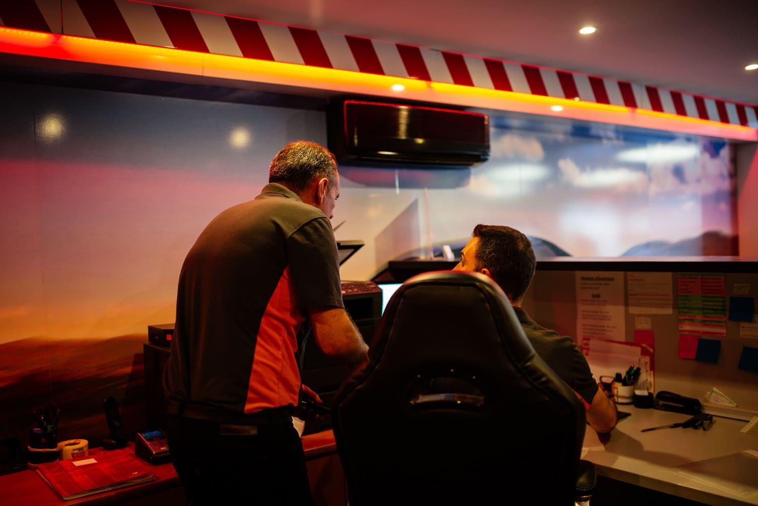 Un contrôleur et un auditeur sont entrain de pratiquer un audit dans un centre de contrôle technique